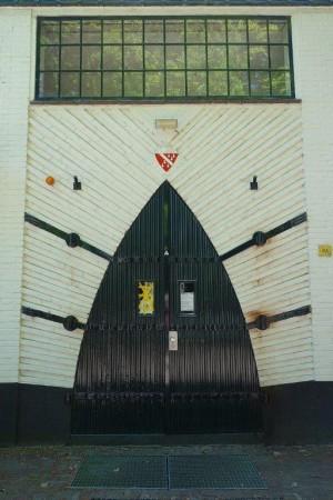 800px-Van Reenenschool, toegangsdeur, Bergen