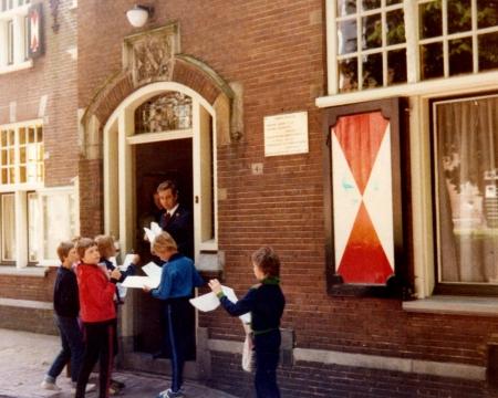 HVB FO 00057 Raadhuis met Gerrit Sijpheer, kinderen basisschool Anne Frank uit Heemskerk, 1978