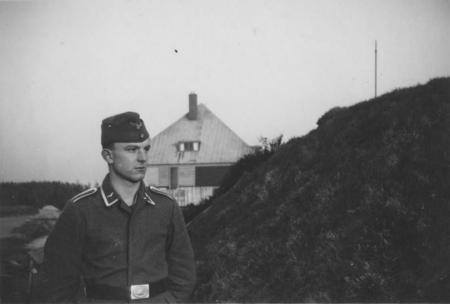 HVB FO 00240  Luftwaffe-soldaat bij stolpboerferij