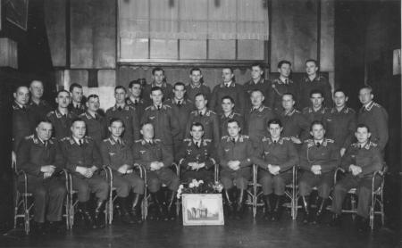 HVB FO 00245  Luftwaffe-officieren met foto van Ruïnekerk