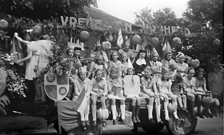 HVB FO 00303  Bevrijdingsfeest bij St. Ursulaschool