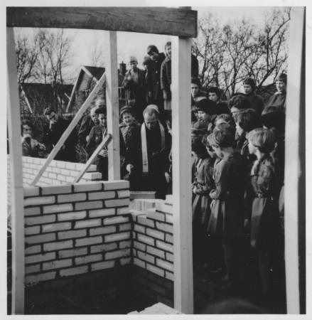 HVB FO 00319  Eerste steen vd nieuwe padvindstershut  wordt gewijd, 1960