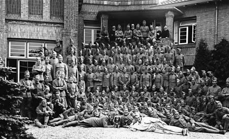 HVB FO 00334  Ingekwartierde Nederlandse militairen bij Retraitehuis