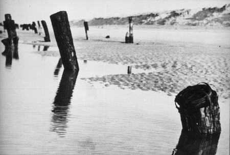 HVB FO 00345  Versperringspalen op het strand