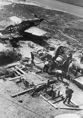 HVB FO 00347  Bouw van gevechtsbunker op vliegveld Bergen