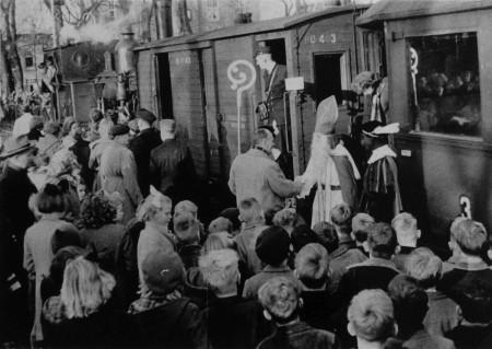 HVB FO 00366 Aankomst Sinterklaas op station Bergen, 1950
