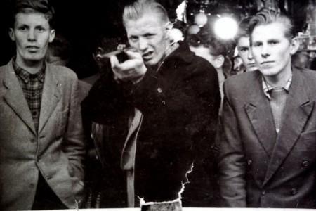 HVB FO 00371 Vlnr Gerrit Kos, Lau Vrasdonk en Dirk Swaan op de kermis in Bergen, ca 1954