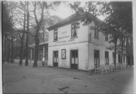 HVB FO 00385  De Rustende Jager met kellner Nelis Kop, ca 1925