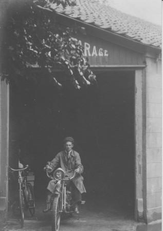 HVB FO 00389  Voormalige doorrijstal van de Rustende Jager in gebruik als garage, 1930