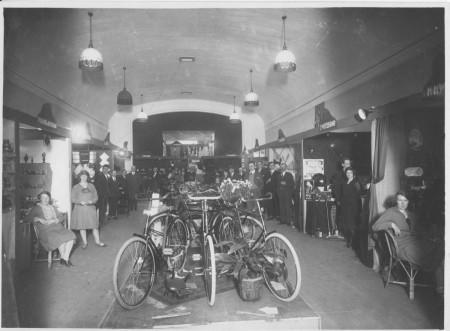 HVB FO 00392  Tentoonstelling winkeliersvereniging Ibeko in de Rustende Jager, omstreeks 1930