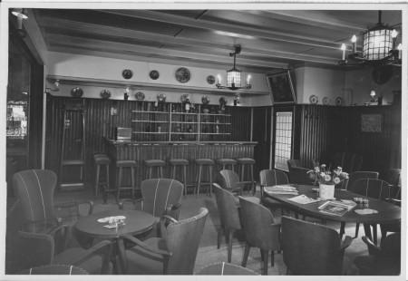 HVB FO 00397  Bar in de voorzaal van de Rustende Jager, 8 juni 1949