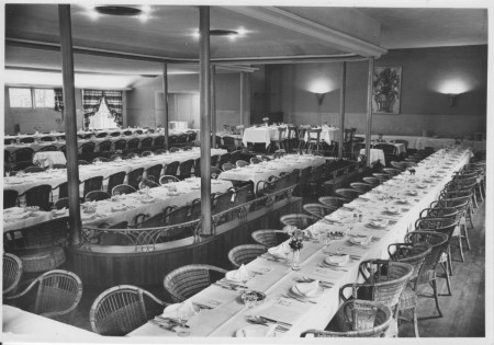 HVB FO 00399 Gedekte tafels voor een groot diner in de danszaal van de Rustende Jager, 1949
