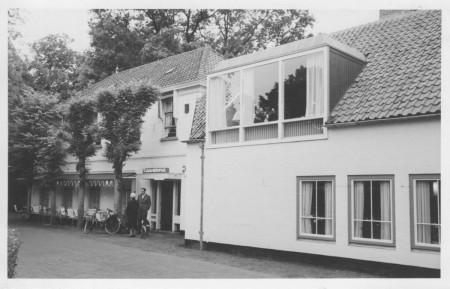 HVB FO 00403  De doorrijstal is verbouwd tot de Taverne, 1961