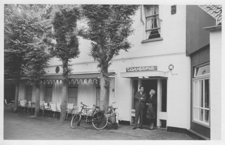 HVB FO 00404  De Taverne met in de deuropening Jan en Miriam Diesfeldt, 1961