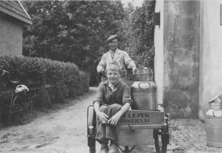 HVB FO 00497  Melkboer Henk Leijen en zoon Joop