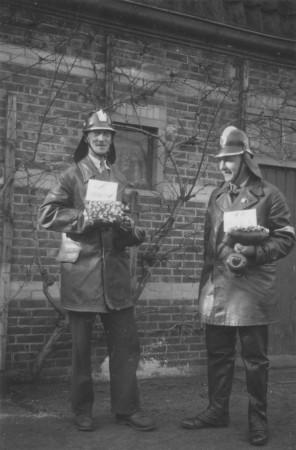 HVB FO 00525  Brandweermannen Jan Prins (links) en Piet Oldenburg collecteren voor de Winterhulp, eind 1940