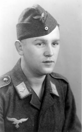 HVB FO 00526  Portretfoto van Duitse militair gemaakt door Dick van Berge, 1942