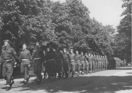 HVB FO 00531  Canadese militairen bij het Hertenkamp, mei 1945