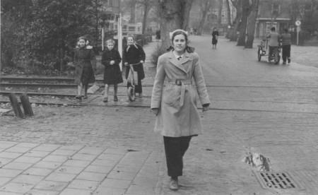 HVB FO 00534  Dina van Berge bij de spoorwegovergang in de Breelaan, december 1948.tif