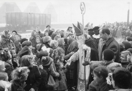 HVB FO 00542  Sinterklaas komt aan op station Bergen in 1952