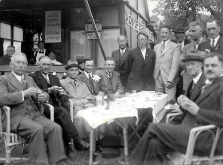 HVB FO 00548  De gemeenteraad op de kermis in 1937