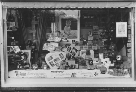 HVB FO 00555  Etalage van Fotohandel De Jong, december 1952