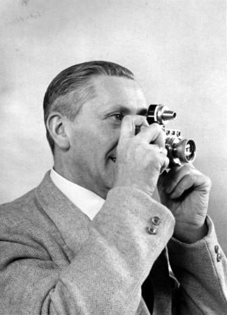 HVB FO 00557  Dick van Berge met een Leica III uit 1935 met Viooh externe zoeker, 1953