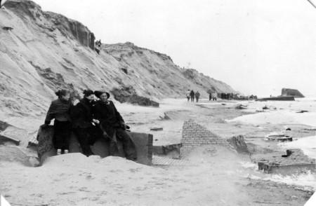 HVB FO 00558  Strand Bergen aan Zee, 1 februari 1953 (na de Watersnoodramp)