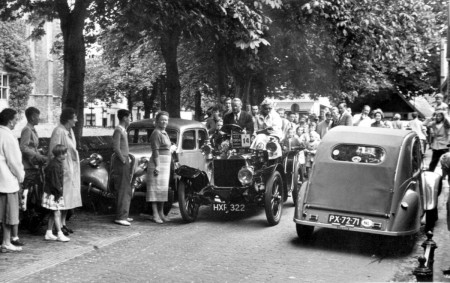 HVB FO 00561  Oude auto in de Raadhuisstraat, augustus 1954