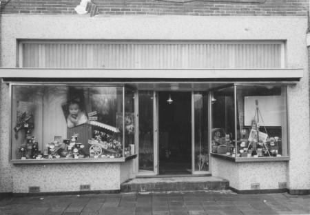 HVB FO 00564  Breelaan 13 na verbouwing winkel, maart 1959