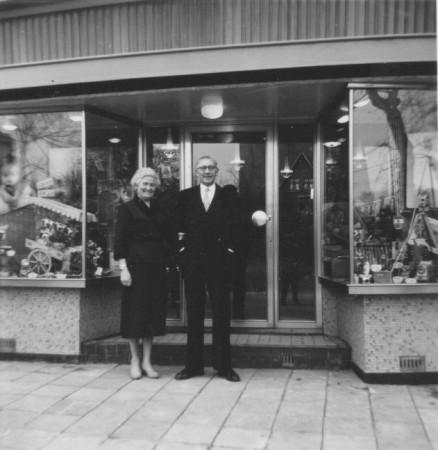 HVB FO 00565  Dick en Ali van Berge voor hun verbouwde winkel, 19 maart 1959
