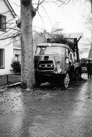 HVB FO 00576  Vrachtauto tegen boom gebotst in de Dorpsstraat