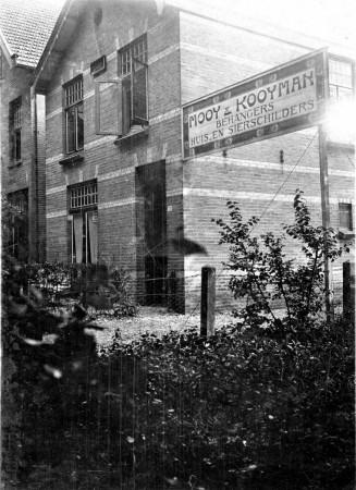 HVB FO 00608  Mooy & Kooyman  Brhangers, Huis- en Sierschilders, Breelaan (naast de Zilverspar, dus t.o. latere Albert Heijn)