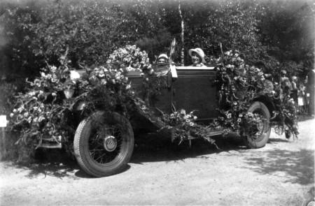 HVB FO 00629   Versierde auto bij het bloemencorso