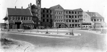 HVB FO 00661  Hotel Nassau-Bergen met Duitse en Nederlandse militairen, ca 1940