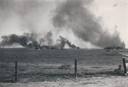 HVB FO 00665  Rookwolken boven vliegveld Bergen na het bombardement, 10 mei 1940