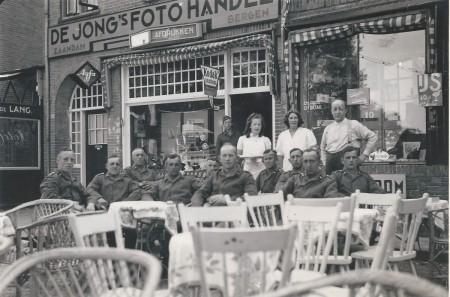 HVB FO 00666  Duitse militairen op terras aan de Breelaan