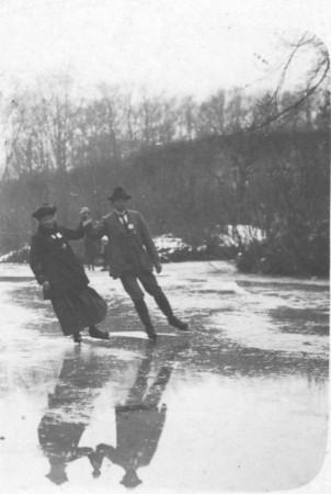 HVB FO 00684  Schaatsend paar bij Oude Hof, ca 1915