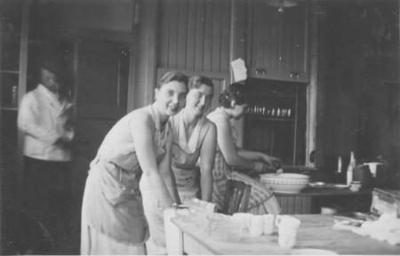 HVB FO 00694  Duitse keukenhulpen bij hotel Nassau-Bergen