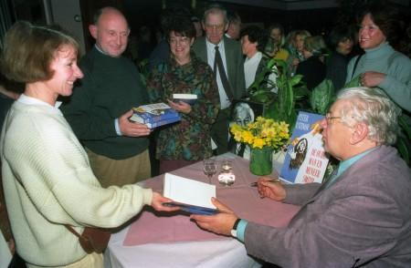 HVB FO 00701  Peter Ustinov signeert bij de Rustende Jager (1)