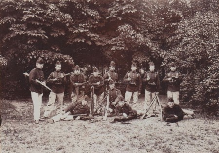 HVB FO 00712  Groep poserende militairen in het bos bij Bergen