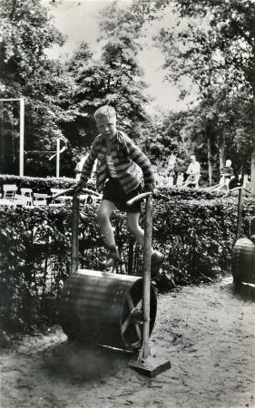 HVB FO 00747  Jongen op rolkuip in speeltuin Duinvermaak